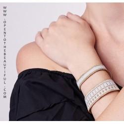 Bracelet Mini Blanc et Or porté OPEN TO THE BEAUTIFUL Bijoux de créateur Artisan d'Art Paris