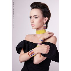 Bracelet Manchette Rouge, Bleu, Jaune et Or mat porté OPEN TO THE BEAUTIFUL Bijoux de créateur Artisan d'Art Paris