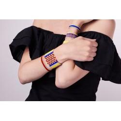 Bracelet Manchette Rouge, Bleu, Jaune et Or mat porté2 OPEN TO THE BEAUTIFUL Bijoux de créateur Artisan d'Art Paris