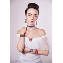 Bracelet Manchette Bleu, Rouge, Jaune et Or mat porté OPEN TO THE BEAUTIFUL Bijoux de créateur Artisan d'Art Paris