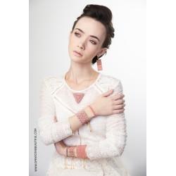 Bracelet Mini Parme poudré et Or porté OPEN TO THE BEAUTIFUL Bijoux de créateur Artisan d'Art Paris