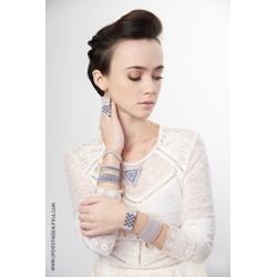 Bracelet Mini Bleu ciel et Or porté OPEN TO THE BEAUTIFUL Bijoux de créateur Artisan d'Art Paris