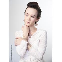Bracelet Manchette Rose Nude Or porté OPEN TO THE BEAUTIFUL Bijoux de créateur Artisan d'Art Paris