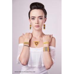 Collier ras-du-cou Triangle Bombay Jaune safran, Brun et Or porté OPEN TO THE BEAUTIFUL Bijoux de créateur Artisan d'Art Paris