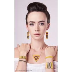 Collier ras-du-cou Triangle Bombay Jaune safran, Brun et Or porté2 OPEN TO THE BEAUTIFUL Bijoux de créateur Artisan d'Art Paris