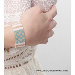 Bracelet Manchette Bleu glacier, Blanc et Or situation 2 OPEN TO THE BEAUTIFUL Bijoux de créateur Artisan d'Art Paris