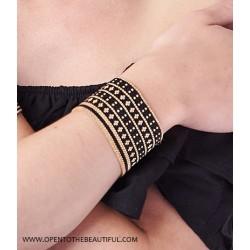 Bracelet Manchette Noir Or porté OPEN TO THE BEAUTIFUL Bijoux de créateur Artisan d'Art Paris